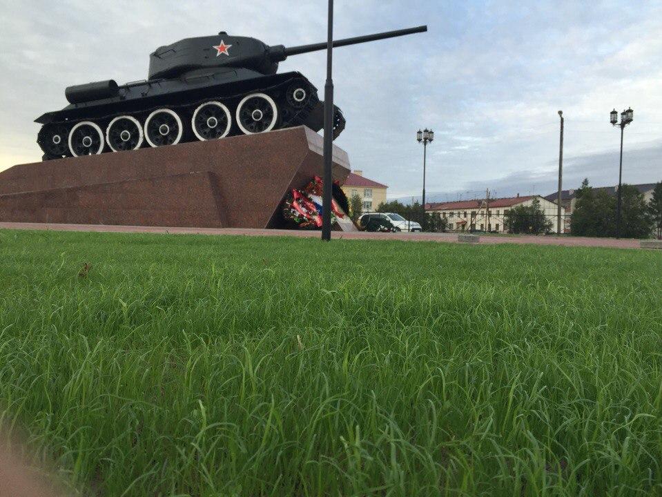 Памятник танку в п. Искателей в НАО